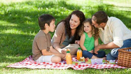 Çocuğa Sevgi Göstermek - Ailecek Piknik Yapmak