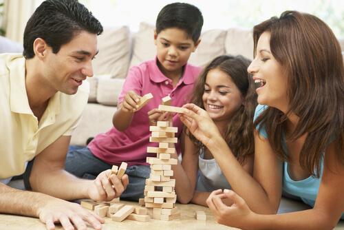 Çocuğa Sevgi Göstermek - Ailecek Oyun Oynamak
