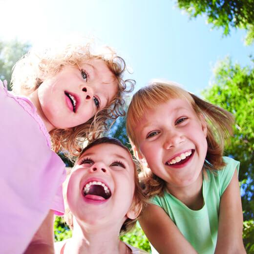 Çocuğa Sevgi Göstermek - Gülen Çocuklar